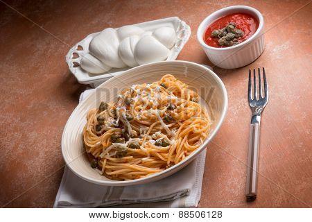 spaghetti with mozzarella tomato and capers