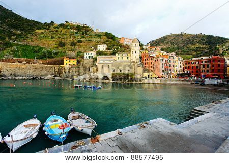 Picturesque harbour of colorful Vernazza village, Cinque Terre, Italy