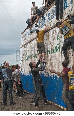 Team storms big wall in extrim race. Tyumen.Russia