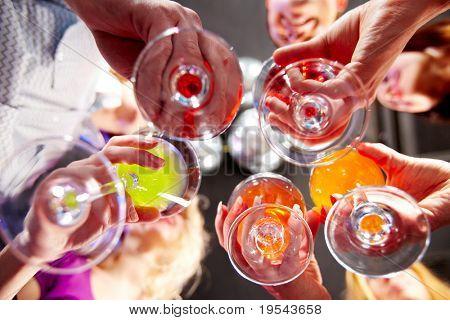 Por debajo de la vista de personas tintinear vasos entre sí