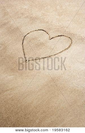 Dibujado en la arena en una playa en forma de corazón
