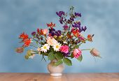 picture of flower arrangement  - bouquet of flowers in vase  - JPG