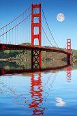 Постер, плакат: Мост Золотые ворота Сан Франциско отражено в прекрасная гавань еще с удивительной дневной Луной