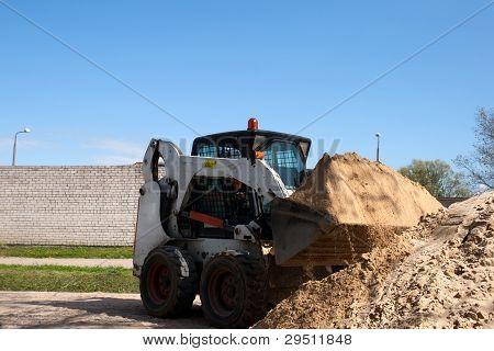 Uma pequena escavadeira Bobcat