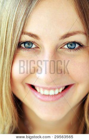 Closeup, tiro de estudio de una bella mujer sonriente, fresca y joven.