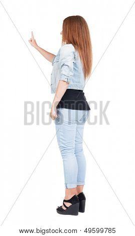 hintere Ansicht der Frau. Junge Frau im Kleid drückt etwas nach unten. Isolated over white Background.