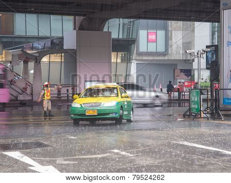 BANGKOK, THAILAND - October 21 : Unidentified policeman controls traffic at BTS mall Oct 21, 20141 at Kamphaeng Phet Intersection in Bangkok.