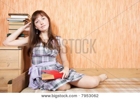 female Student Lesung Buch
