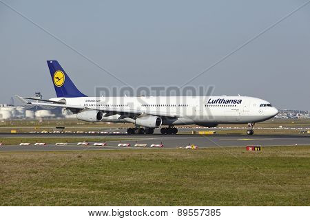 Frankfurt Airport - Airbus A340-300 Of Lufthansa Takes Off