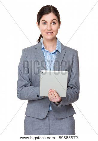 Brunette businesswoman use of tablet