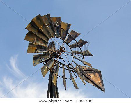 Fã do moinho de vento e céu azul com nuvens