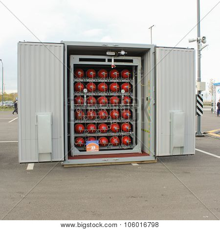 Container For Compact Storage Of Gas Cylinders