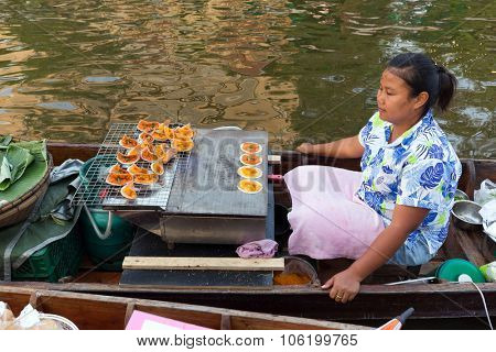 BANGKOK, THAILAND, February 17, 2015 : Food Sellers cooking desserts at the new Khlong Phadung Krung Kasem floating market in the Thewet district in Bangkok, Thailand