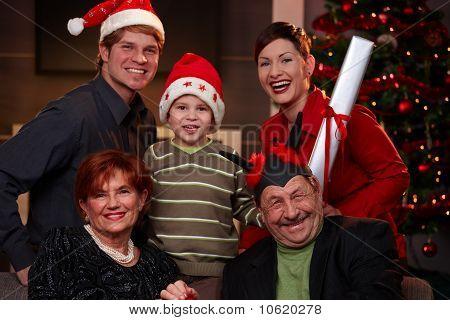 Familia feliz en Nochebuena