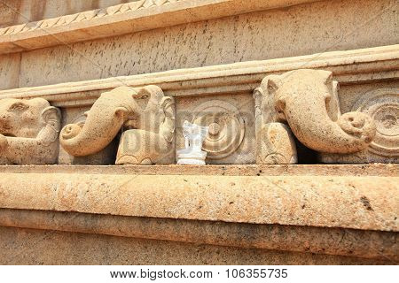 Anuradhapura, Dagoba Ruvanvelisaya, Detail Elephants