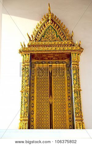Window   In  Gold    Temple    Bangkok   Temple