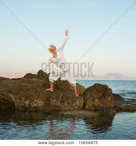 Beautiful young Woman doing Yoga-Übung im freien