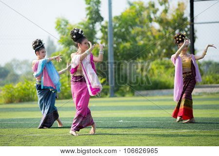Phayao,thailand - October 24 : Thai Girl Performing Traditional Lanna Dance At Public Park Show The