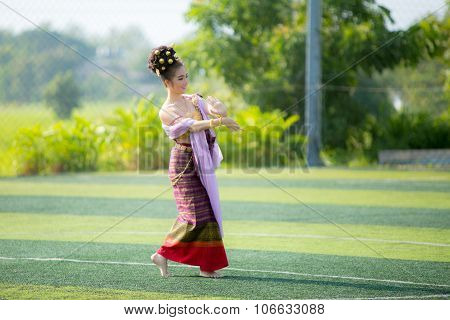 Phayao,thailand - October 24 : Girl Performing Traditional Lanna Dance At The Park On October 24 201