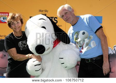 LOS ANGELES - NOV 1:  Jean Schultz, Snoopy, Craig Schulz at the