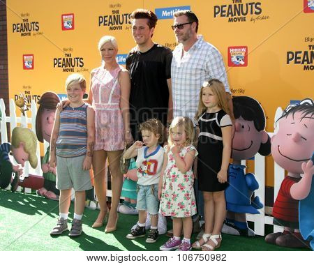 LOS ANGELES - NOV 1:  Tori Spelling, Jack McDermott, Dean McDermott; and kids at the