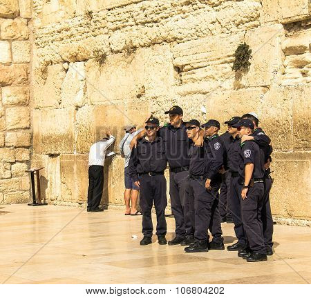 A Group Of Young Israelis In Police Uniform Are Doing A Picture In Memory Of The Visit To The Wailin