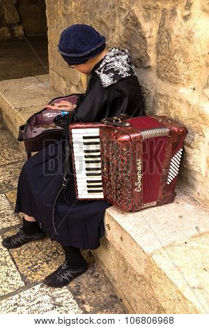 Woman Musician Accordion Calculates Earnings In One Of The Corners Of The Jewish Quarter Of The Old