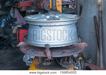 Alloy Wheel on remove the wheel machine