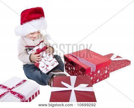 Lindo niño abriendo los regalos de Navidad