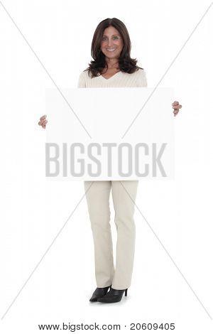 Porträt von Reifen geschäftsfrau holding blank billboard