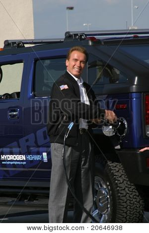 LOS ANGELES - OCT 22: Arnold Schwarzenegger fills up the first Hydrogen Hummer H2 at the Hydrogen Fuel Station, LA airport in Los Angeles,CA on October 22, 2004.