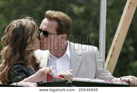 LOS ANGELES - 2 de abril: Maria Shriver beijos governador do marido Arnold Schwarzenegger no softbol g