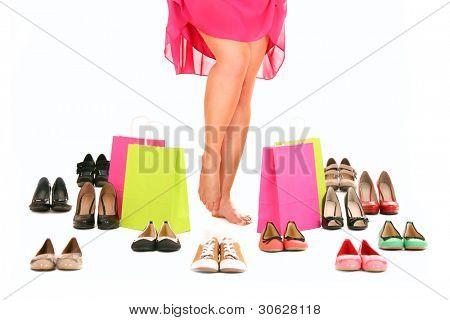 Ein Bild von sexy Frauen Beine unter Schuhe und Einkaufstaschen over white background