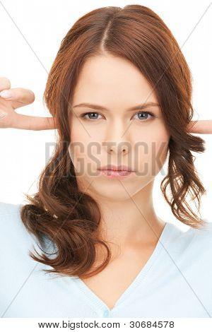 Foto de mujer con los dedos en los oídos.