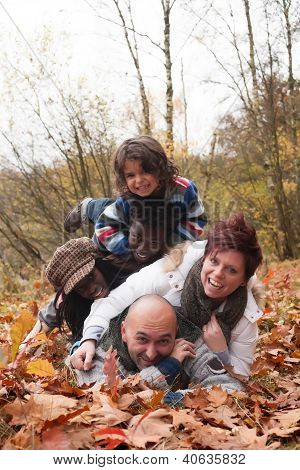 Familia multirracial feliz