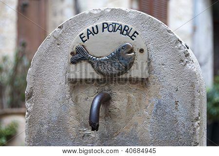 Agua potable en una fuente francesa