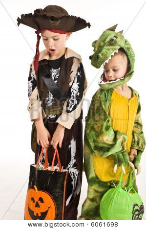 Adorable Kinder spielen trick or treat