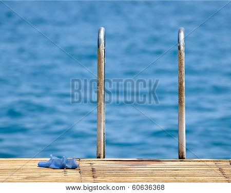 Steel and wooden ladder pier