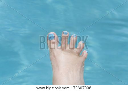 Holiday - Funny foot in the water, fan-shaped toes