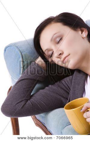 Elegante menina bonito dormindo no sofá