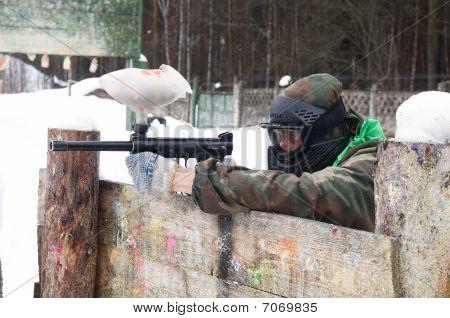 Jugador con una pistola de paintball