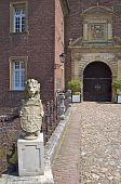 foto of armorial-bearings  - Stone lion with escutcheon in front of Museum entrance  - JPG