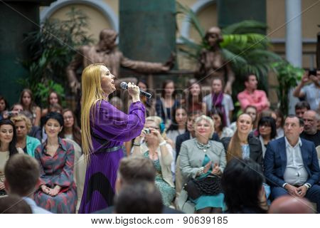 MOSCOW - JUNE 26, 2014: singer Varvara sings at fashion show Russian Silhouette in Zurab Tsereteli Art Gallery