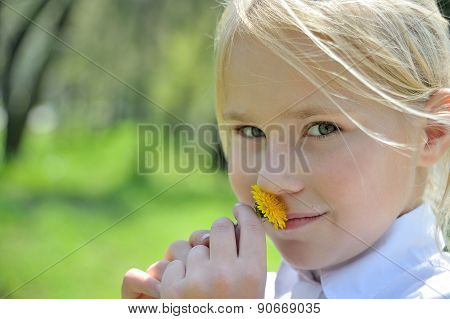 Close-up portraite little girl with dandelion