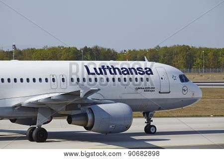 Frankfurt International Airport - Airbus A320 Of Lufthansa Lands