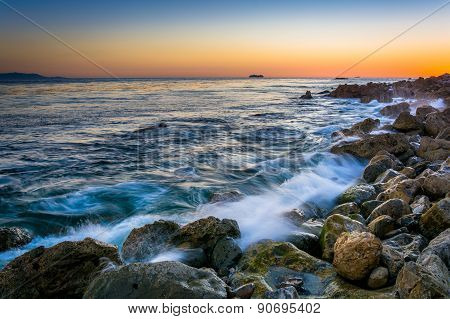 Waves Crashing On Rocks At Pelican Cove At Sunset, In Rancho Palos Verdes, California.