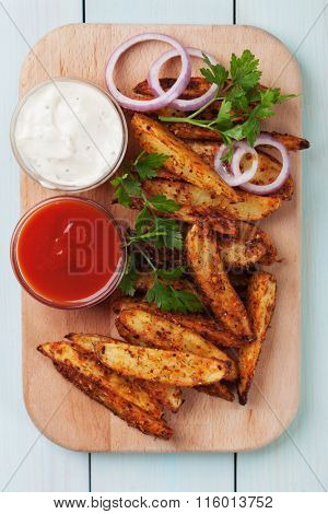 Roasted spicy potato wedges with tomato and onion dip