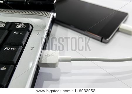 Connect smartphone to notebook by USB cable.