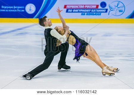performances young figure skaters in pair skating short program