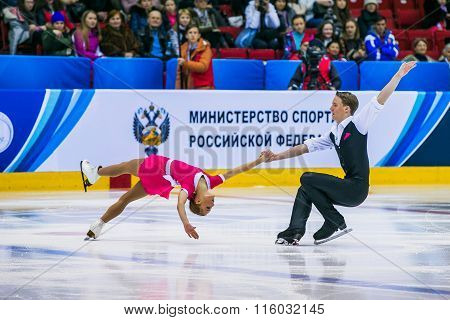 performance of young athletes dancing pair item Back inside death spiral